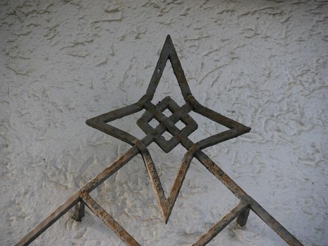 Stern am fenstergitter der früheren Post in Obergünzburg
