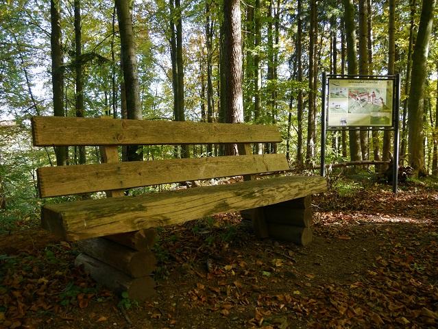 Ruhebank und Schautafel auf dem Burgstall Liebenthann