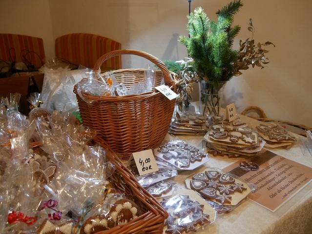 romantischer Weihnachtsmarkt Schloss Kronburg - Stand mit kunstvoll verzierten Lebkuchen