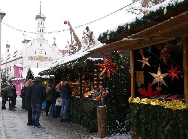 Buden mit Weihnachtsschmuck auf dem Kemptener Christkindlmarkt
