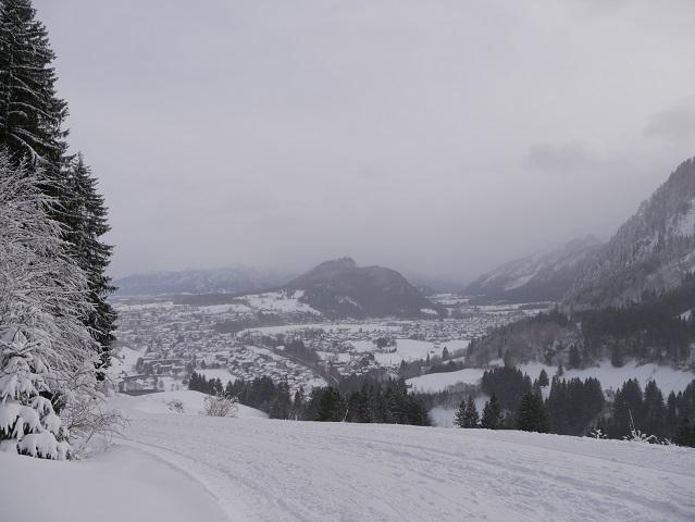 Blick auf den Falkenstein in Schnee und Wolken