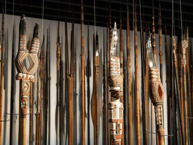 kunstvoll gestaltete Speerspitzen aus der Südsee