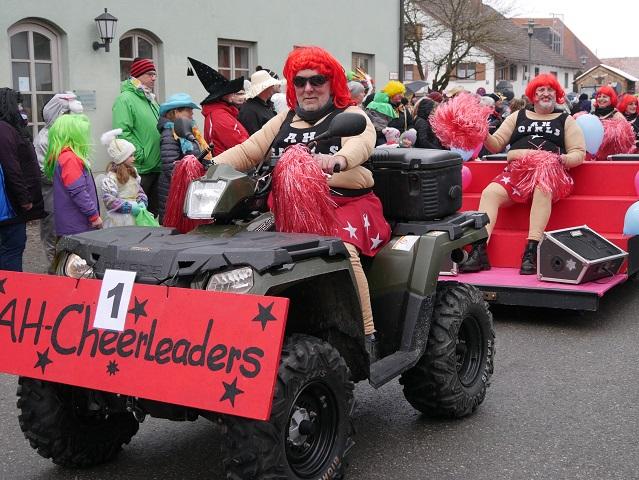Alte Herren Untrasried als Cheerleader auf dem Faschingsumzug Obergünzburg 2018