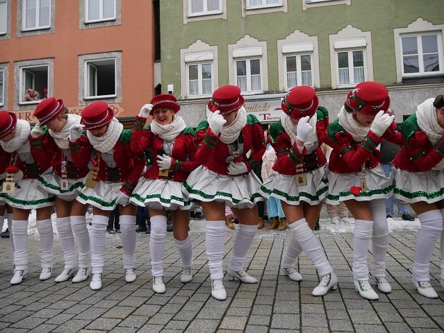 aschingsumzug Mindelheim 2018 - Garde der Zaisonarria beim Tanzen