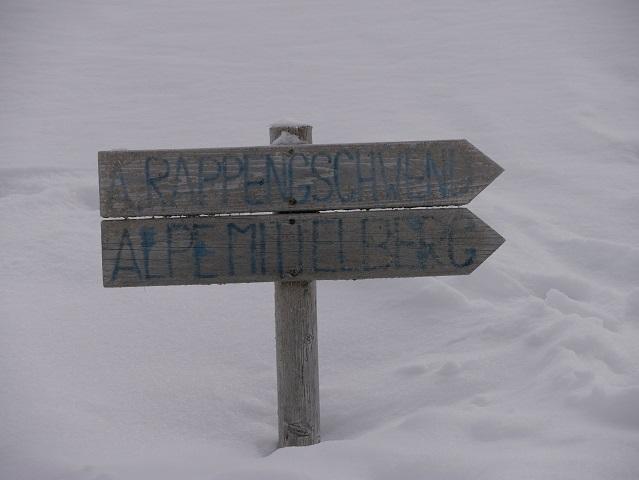 Wegweiser zu den Alpen Rappengschwend und Mittelberg im Schnee