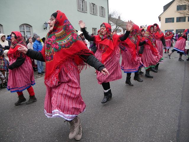 tanzende Babuschkas aus Untrasried auf dem Faschingsumzug Obergünzburg 2018