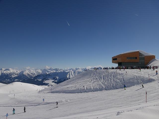 Blick vom Winterwanderweg am Hohen Ifen auf die Bergstation und die Skipiste