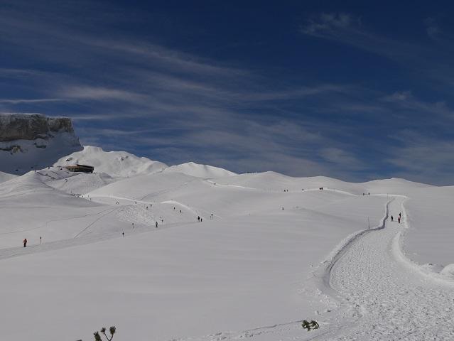 Rundwanderweg am Hohen Ifen im Winter - die Bergstation kommt in Sicht
