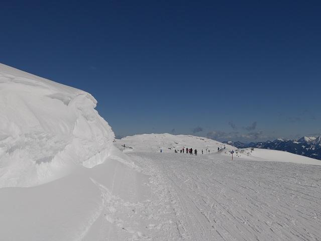Winterwanderung am Hogen Ifen - Kreuzung des Rundwanderwegs mit der Skipiste