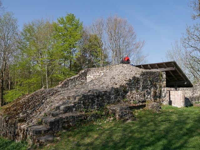 Überreste des Bergfrieds der Burgruine Wolkenberg