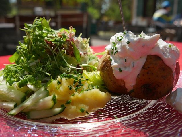 Ofenkartoffel mit Salat