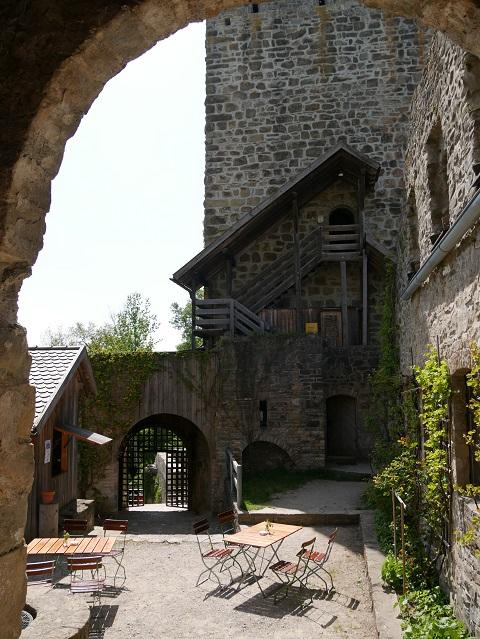 Eingang zum Bergfried in der Ruine Sulzberg