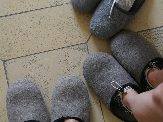 Füße in Filzschlappen