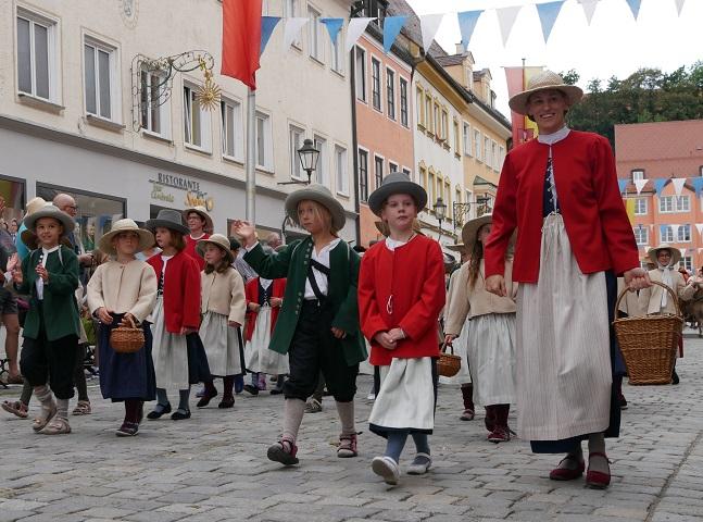 Kindergruppe beim Festzug auf dem Tänzelfest 2018