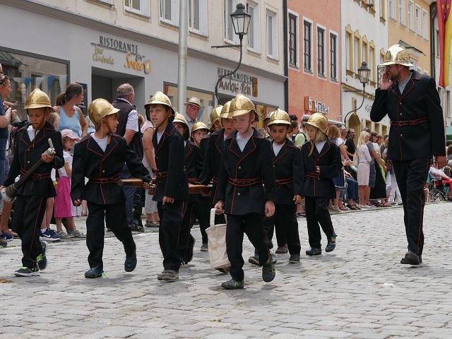 kleine Feuerwehrleute auf dem Tänzelfest 2018