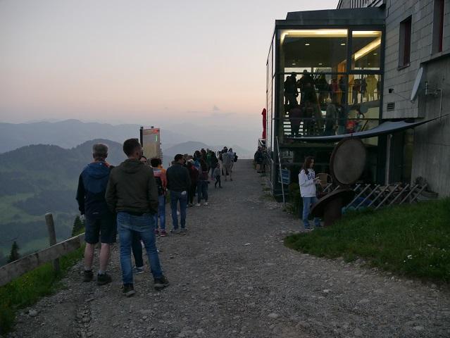 abendliche Warteschlange an der Hochgratbahn