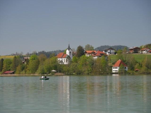 Blick über den Weißensee bei Füssen auf die Kirche St. Walburga