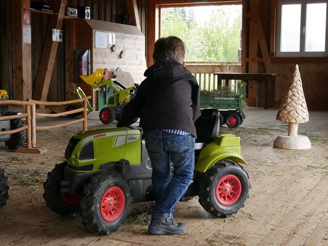 Bub auf dem Traktorparcours