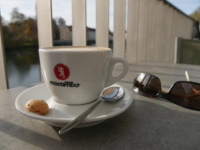 Cappuccino in der fiume Sommerbar