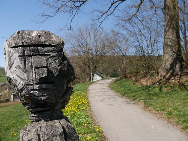 Holzskulptur Hochwürden am Skulpturenweg Karsee