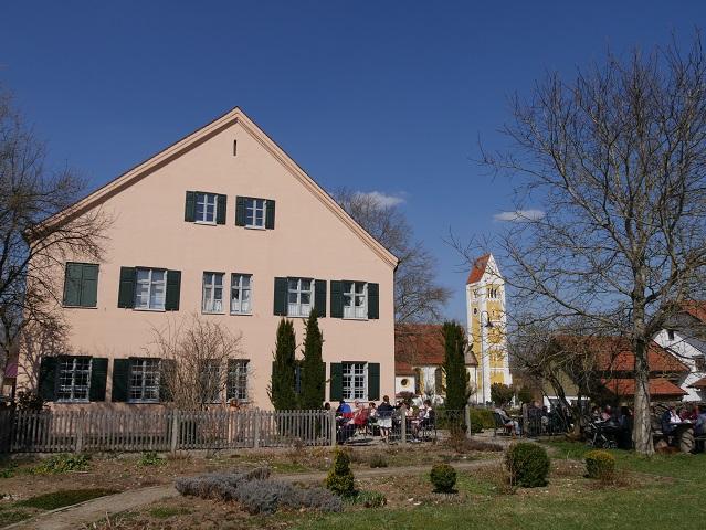das Kräutercafé Ingenried vom Kräutergarten aus gesehen