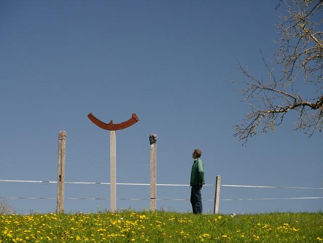 Halbmondstele auf einem Hügel im Westallgäu