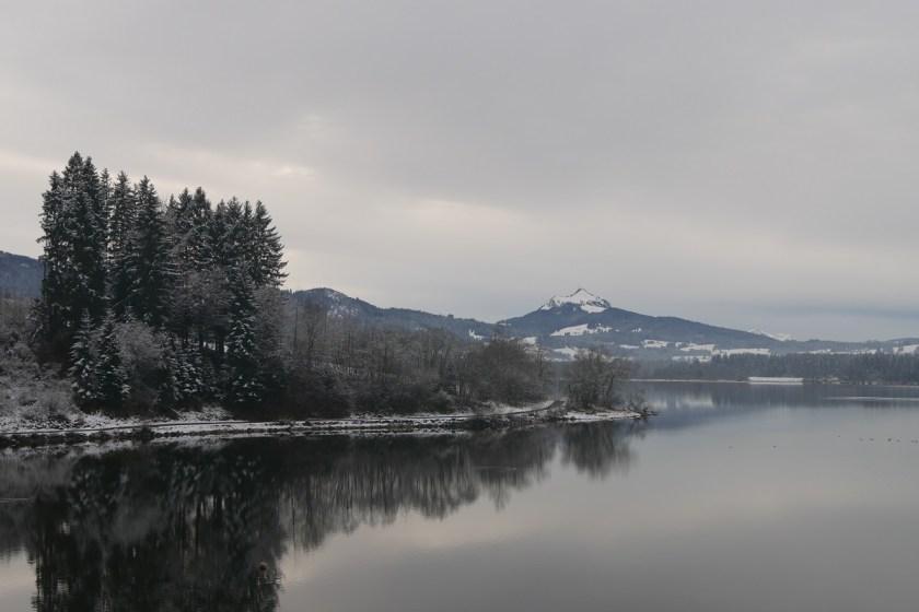 Rundwanderweg Grüntensee mit Blick auf den Grünten im Winter