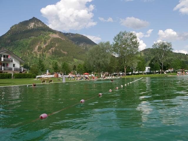 Schwimmbecken mit Grüntenblick im Naturbad Burgberg