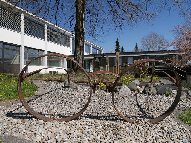 Skulptur Se(h)e-Hilfe am Skulpturenweg Karsee
