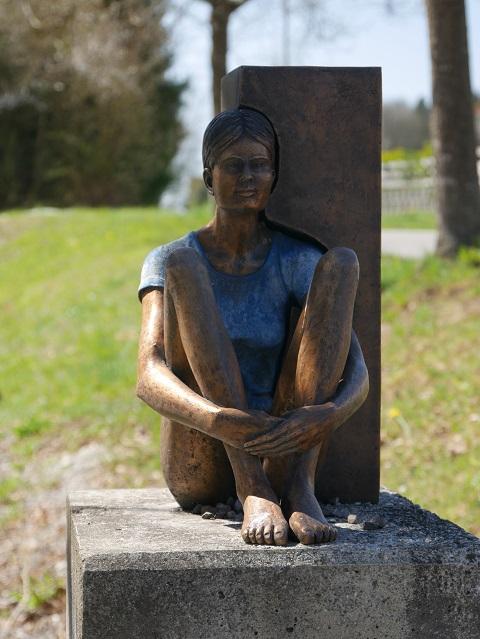 Skulpturenweg Karsee - Bronzeplastik Sitzendes Mädchen von Guido Messer