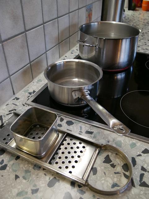 Töpfe und Spatzenhobel - Gerätschaften zur Zubereitung von Allgäuer Käsespätzle
