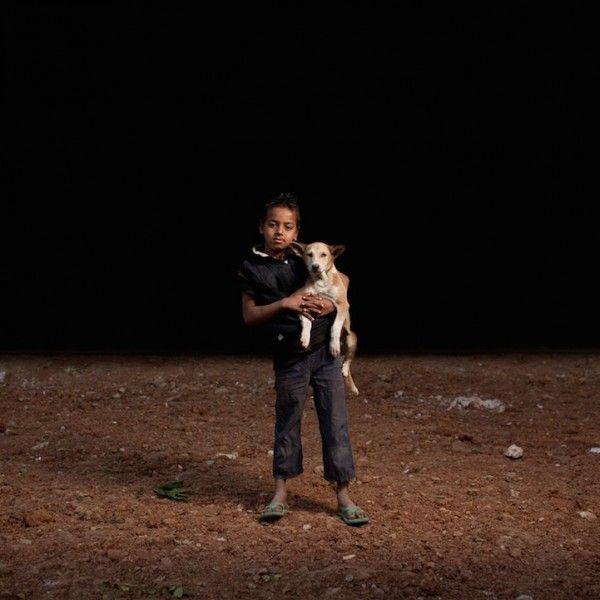 Niños huérfanos forman una familia con perros adoptados
