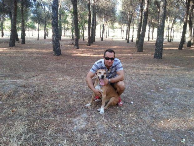 Javier Limón junto a su perro Excálibur