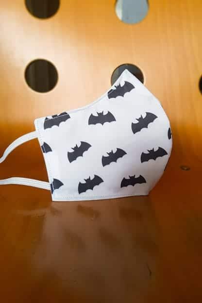 mascarilla Batman blanco y negro