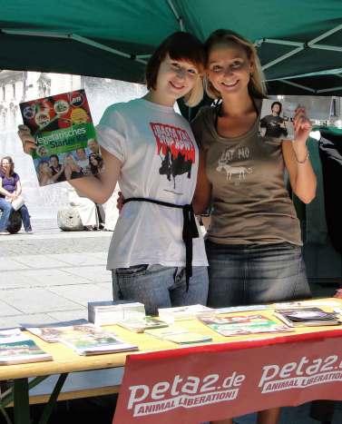 Veganmania 2010, T!erLaut unterstützt den PETA Stand am Stachus