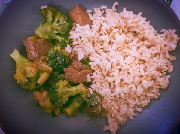 Plato de arroz y brocoli