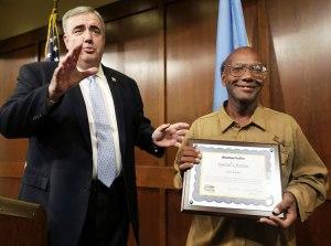 Glen James, el vagabundo honesto recibe más de $100.000 dólares por su honestidad.