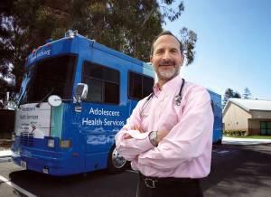 Un médico va con su consultorio móvil a ayudar