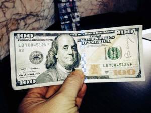 Billetes de 100 dólares ocultos en toda la ciudad