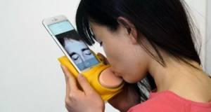 Teléfono que transmite besos sin medir distancia