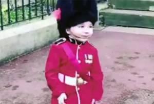 Adorables Niños soldados en el castillo de Windsor
