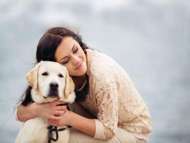 La mujer interpreta mejor los ladridos de perros