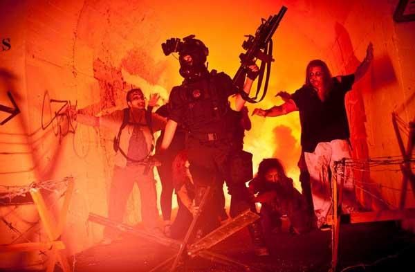 Zombies y militares durante la Survival Zombie de Archena 2014