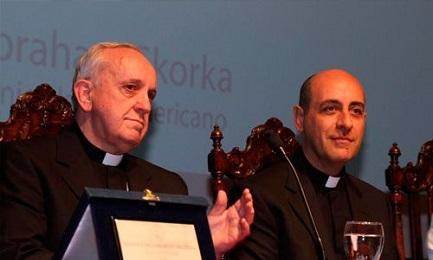 El cardenal Bergoglio y monseñor Víctor Manuel Fernández (foto AICA)