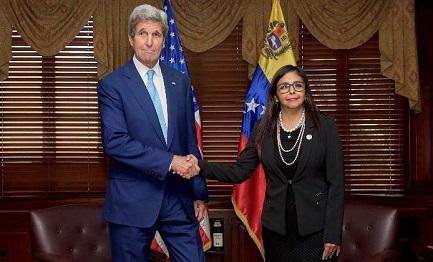 El jefe de la diplomacia de EEUU Jerry y el ministro de Venezuela Delcy Rodríguez