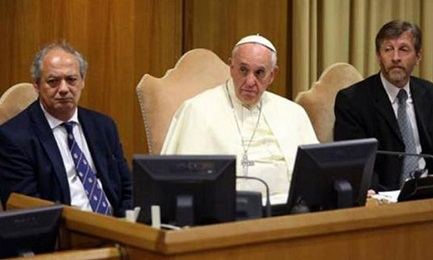 El Papa Francisco sentado entre los directores de Scholas Ocurrentes José María del Corral y Enrique Palmeyro