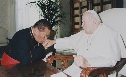 Obando y Bravo con Juan Pablo II, el Papa que lo creó cardenal en 1985