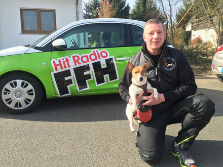 Der Vorsitzende Oliver Reiling nach dem Interview mit Hit Radio FFH - Jack Russel Terrier Mix