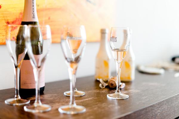 Ein kleiner Schluck Sekt oder Champagner um die Nerven zu beruhigen, geht in Ordnung. Mehr darf es aber nicht sein.