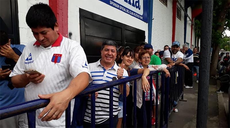 Una multitud se acercó a comprar su entrada para la final